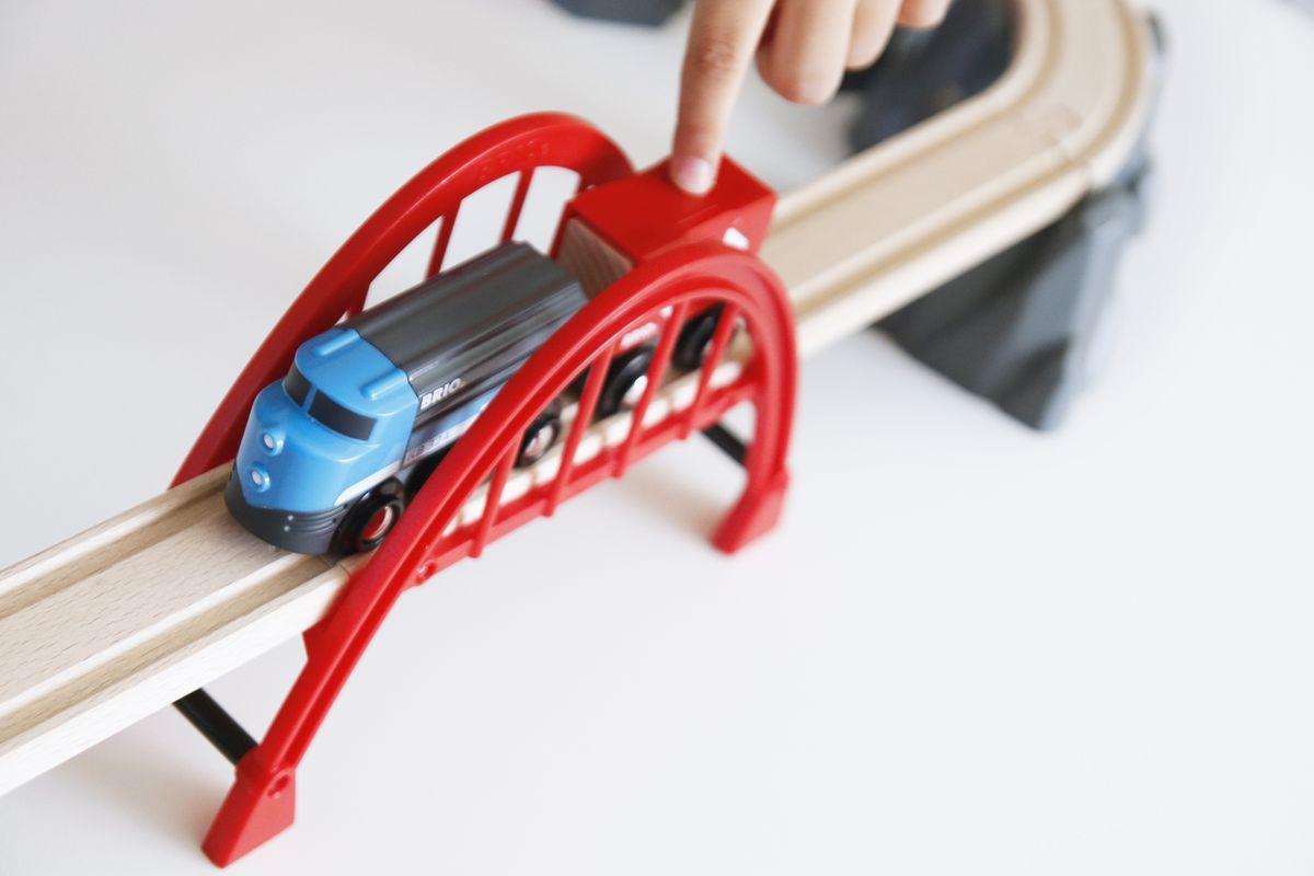Puente del tren de juguete de Brio