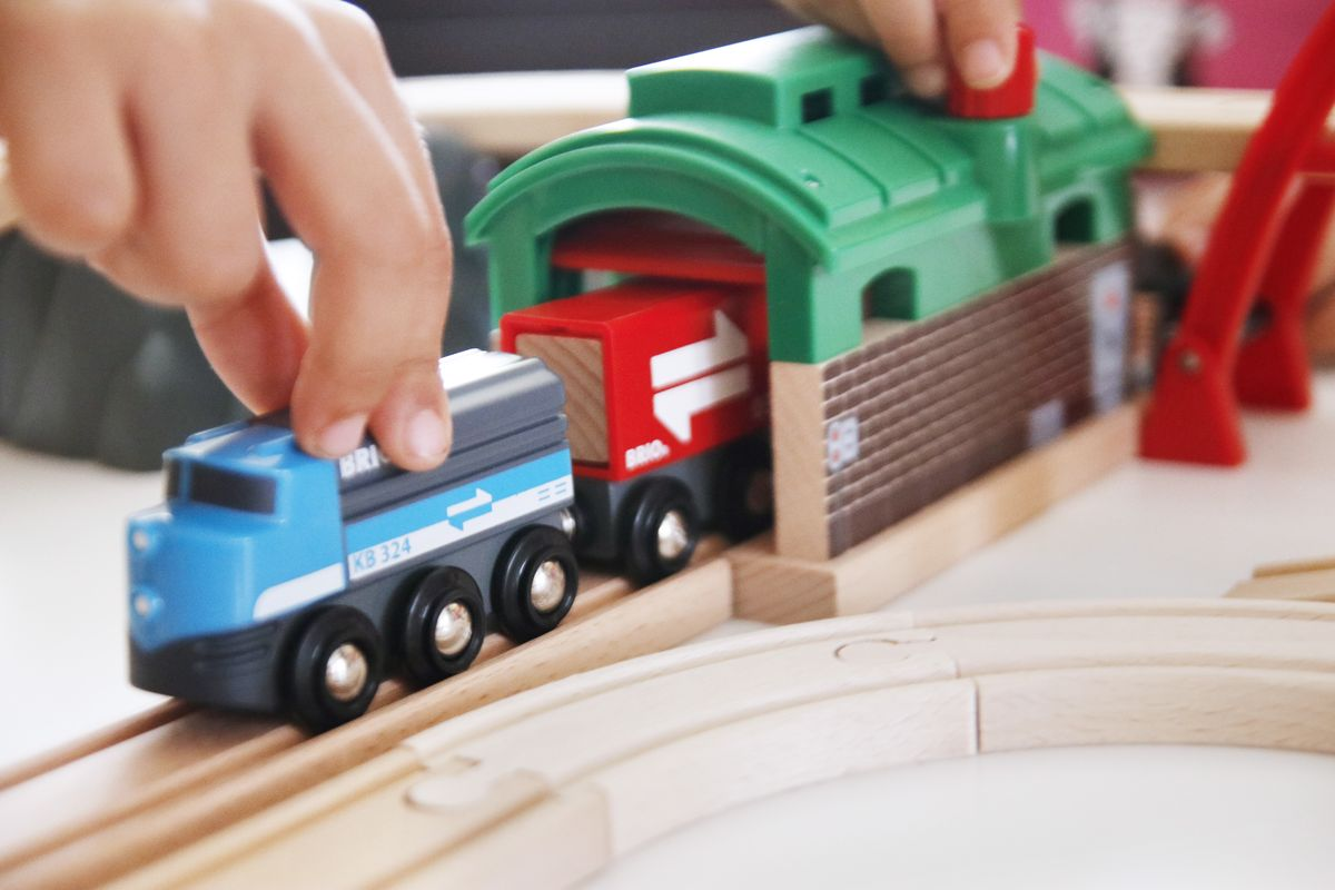 Túnel y garaje para trenes de madera Brio