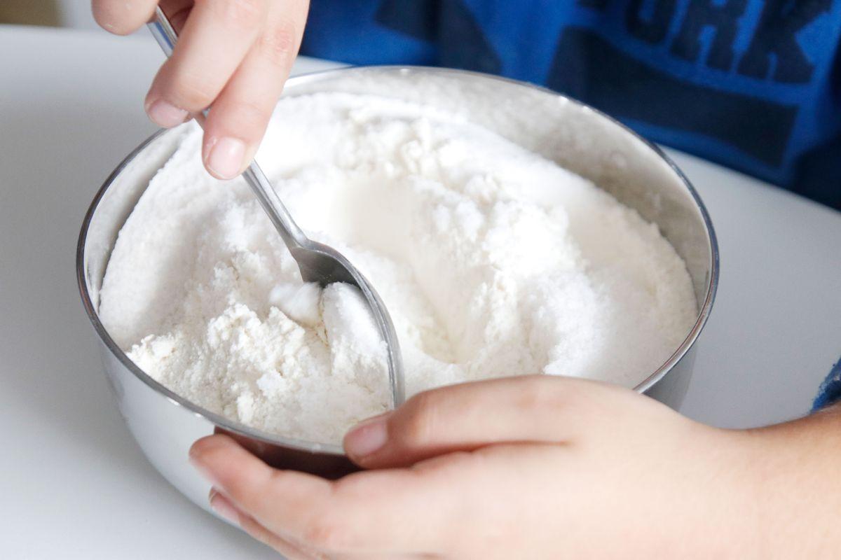 mezclando-la-harina-y-la-sal