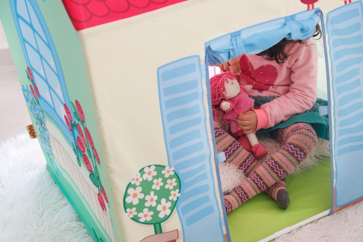jugando con muñecas dentro de casita de tela