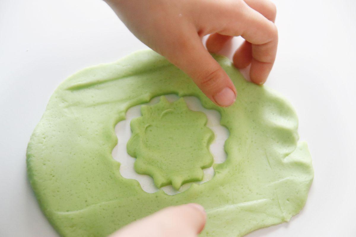 marcando-el-molde-en-la-plastilina
