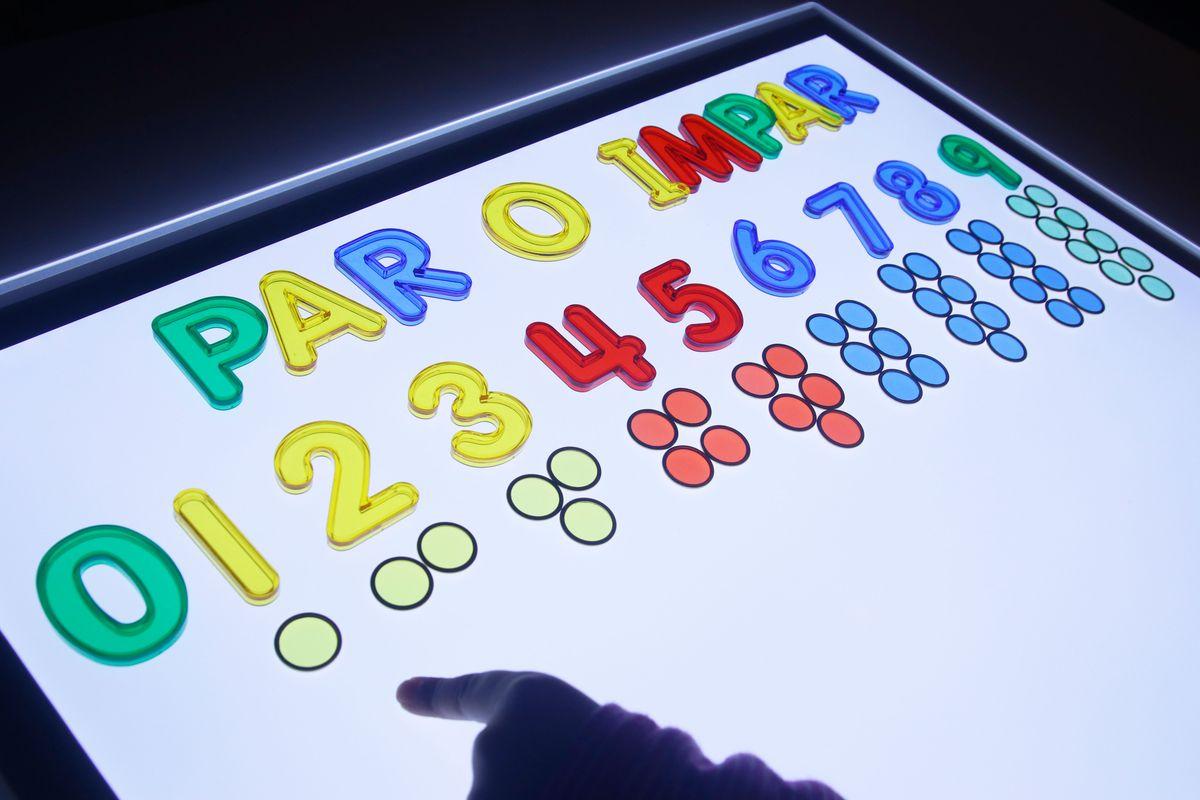 Actividad Par o Impar Montessori en la mesa de luz