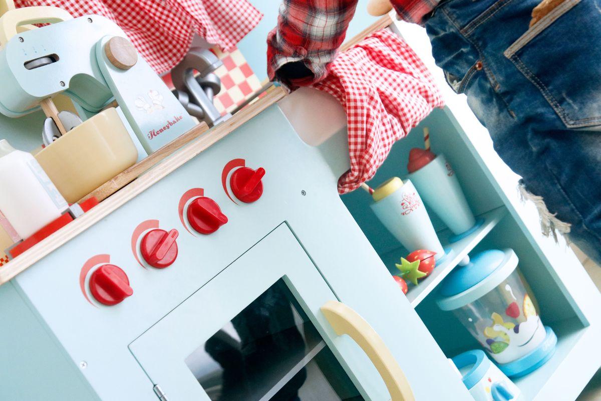 Almacenaje para guardar comiditas en la cocina de juguete
