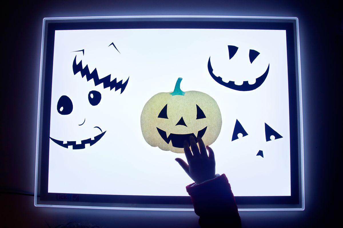 calabaza-halloween-en-la-mesa-de-luz