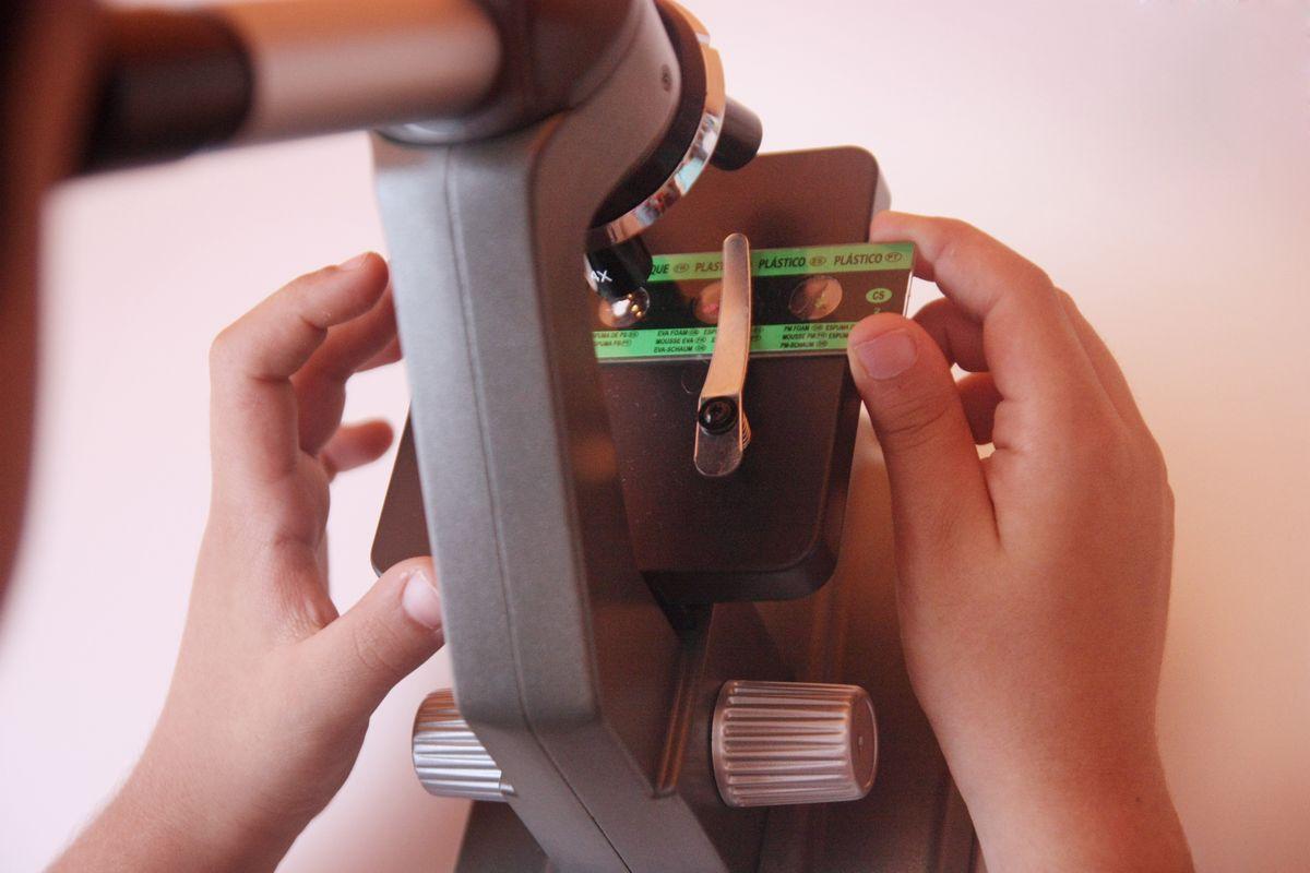 Colocando la muestra del microscopio