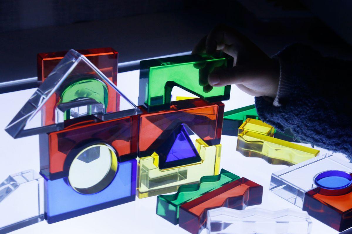 construcciones con bloques translúcidos en la mesa de luz