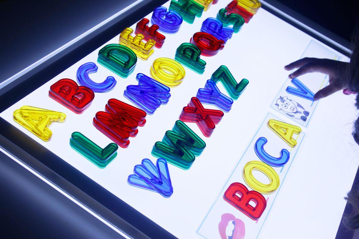 formando-palabras-con-el-abecedario-translucido