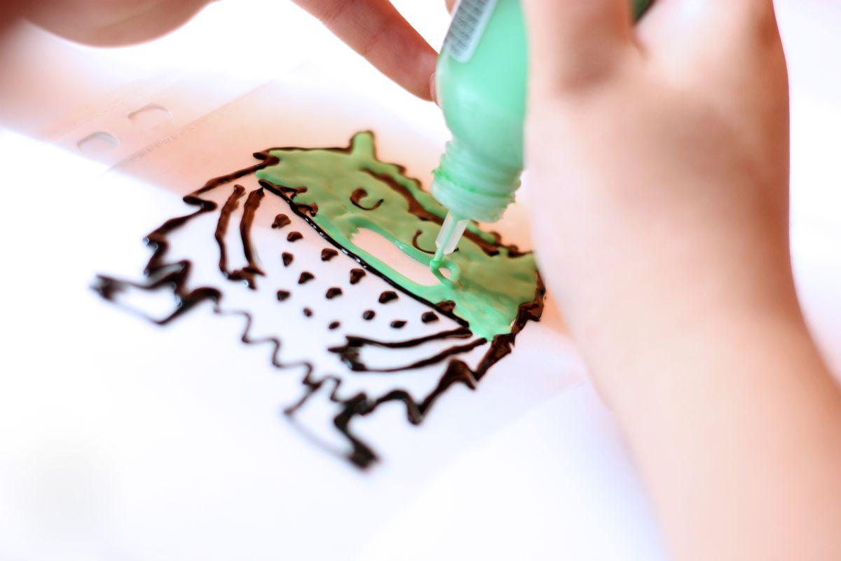 Haciendo pegatinas para cristal DIY del Monstruo de Colores