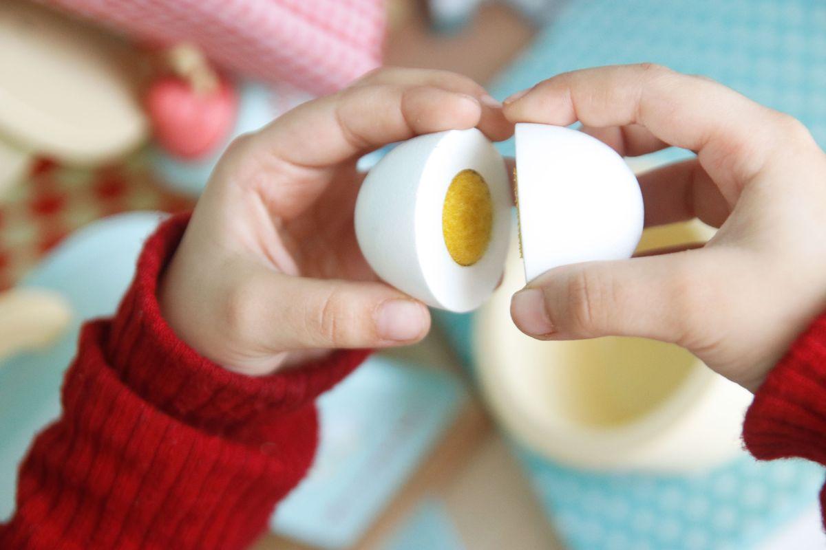 huevo que se abre con velcro de Le Toy Van