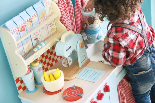 Cocinita HoneyBake de Le Toy Van Con accesorios