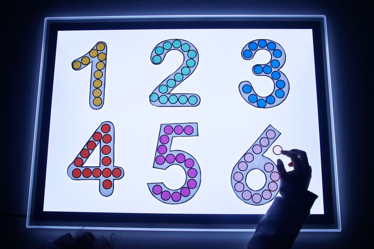 Rellenando números en la mesa de luz