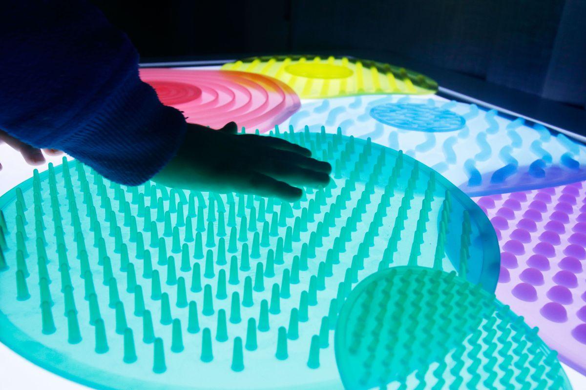 tocando los círculos sensoriales en la mesa de luz
