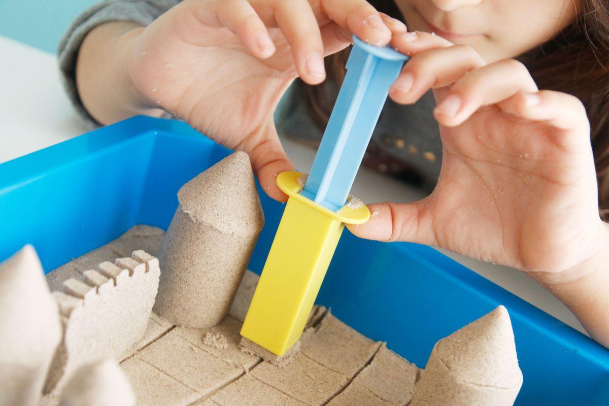 castillos de arena con moldes y herramientas