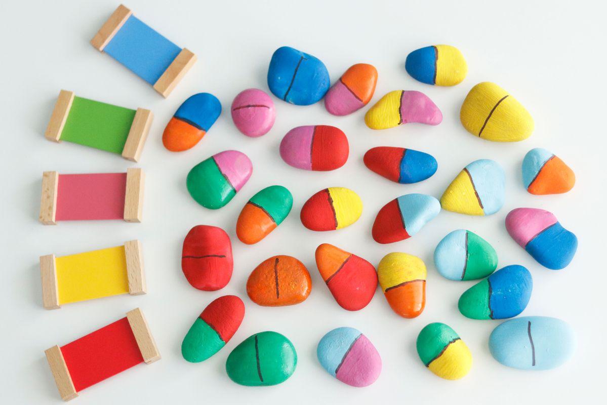 Dominó de colores con piedras