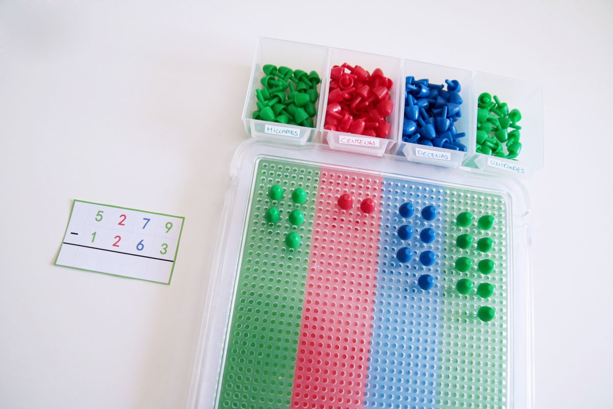 Representación de los números de la resta con las estampillas Montessori