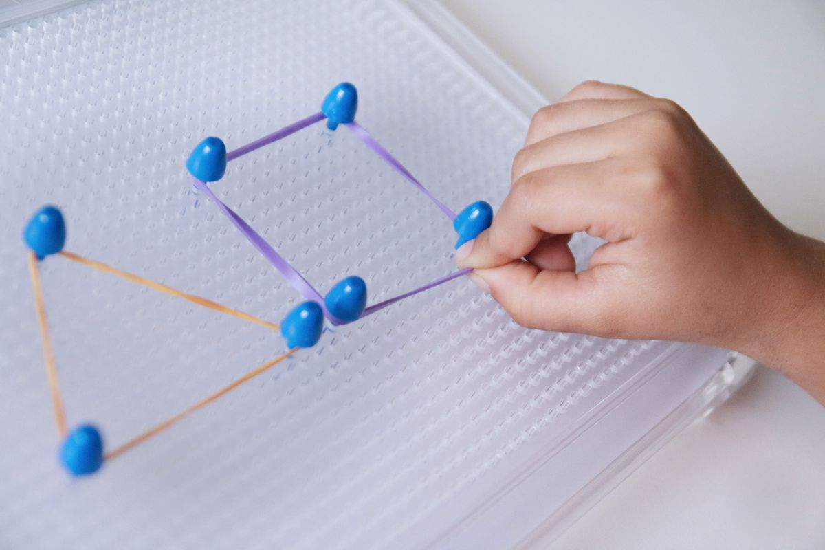 Formas geométricas con gomas en tablero de pinchos geoplano DIY