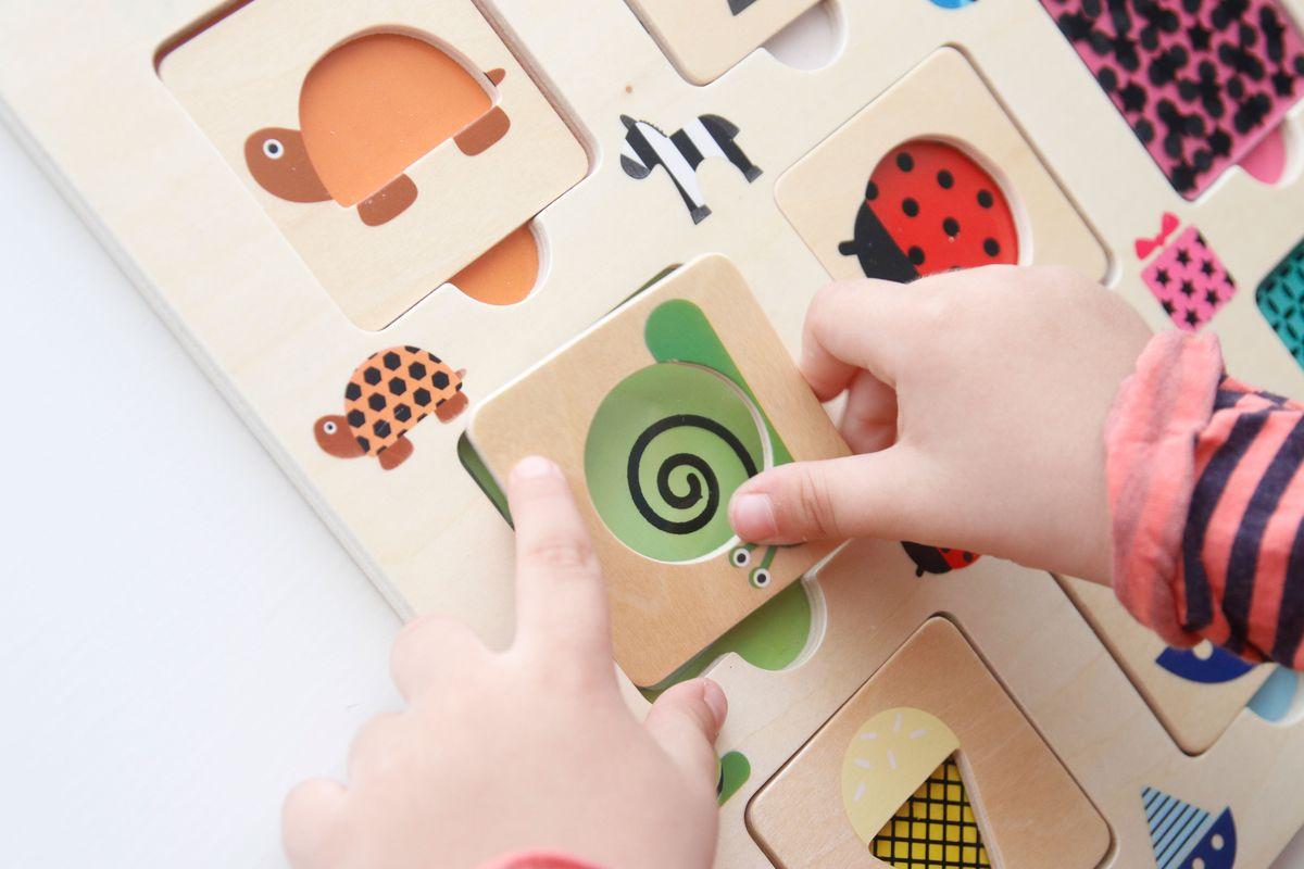 colocando-la-pieza-del-puzle-de-madera
