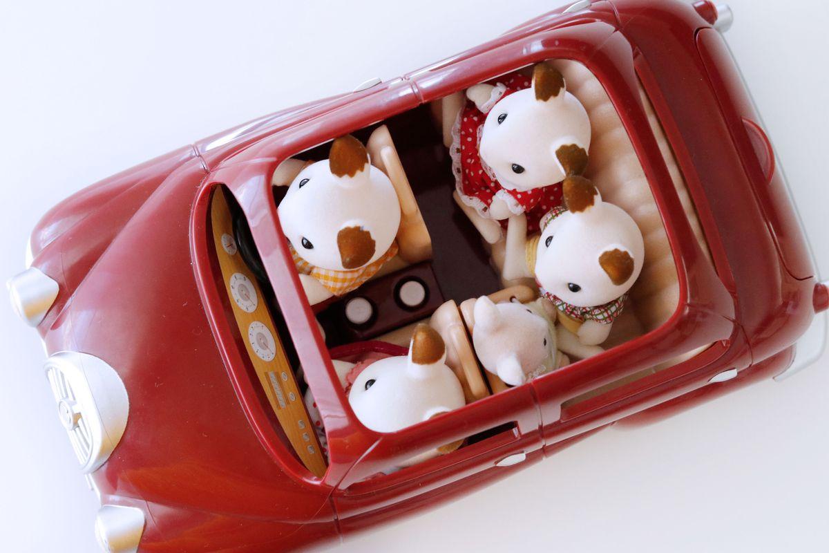 coche-rojo-con-silla-bebe