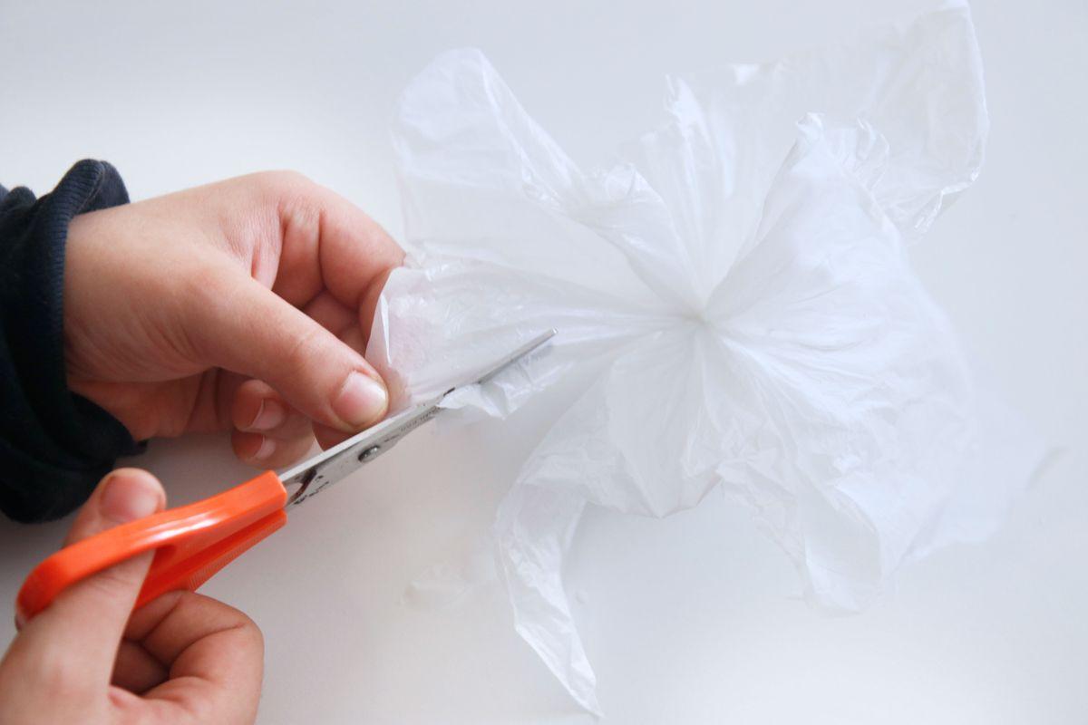 cortando-el-plastico