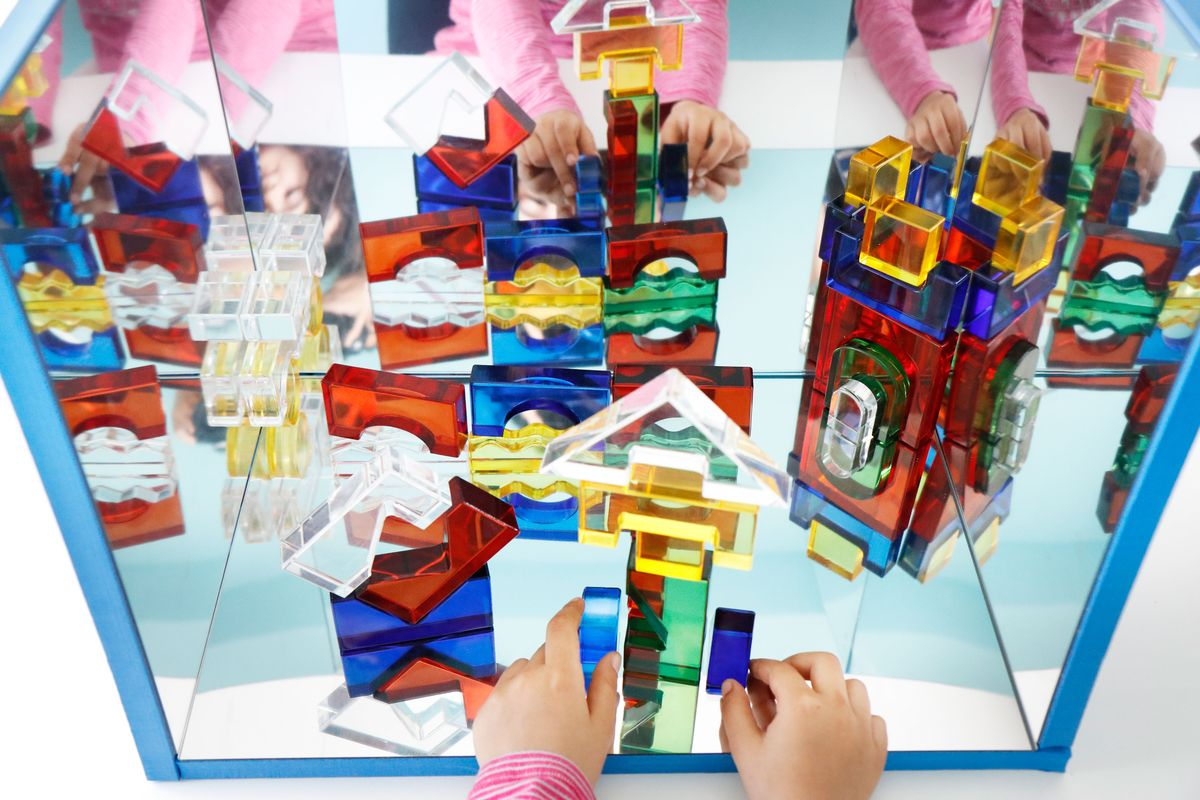 bloques-de-plastico-en-el-espejo