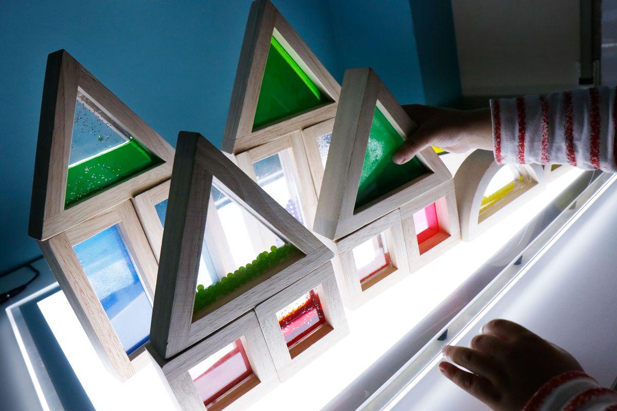bloques-sensoriales-construcciones-en-la-mesa-de-luz