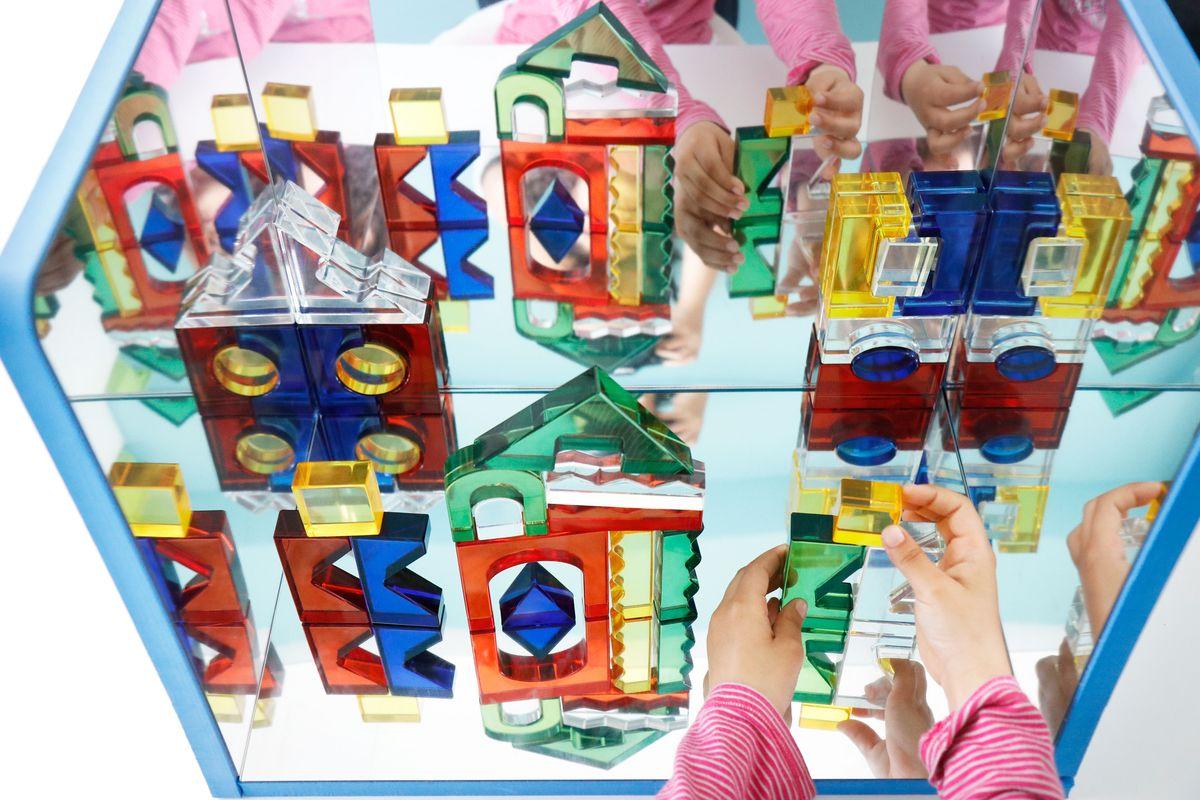 bloques-translucidos-en-el-espejo-de-experimentacion