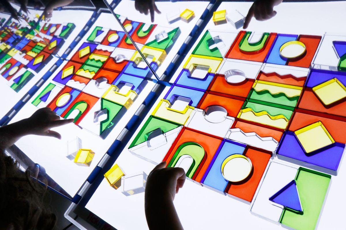 bloques-translucidos-en-el-espejo-y-la-mesa-de-luz