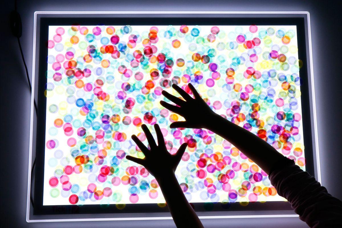 discos-translucidos-en-la-mesa-de-luz