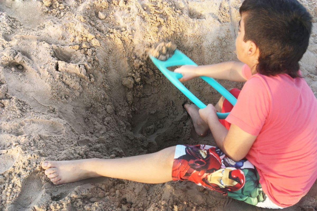 excavando-en-la-arena-con-la-pala-scoppi-quut