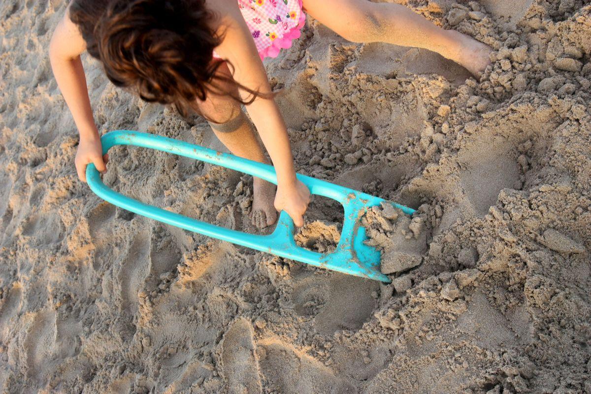 hoyos-en-la-playa-con-la-pala-scoopi
