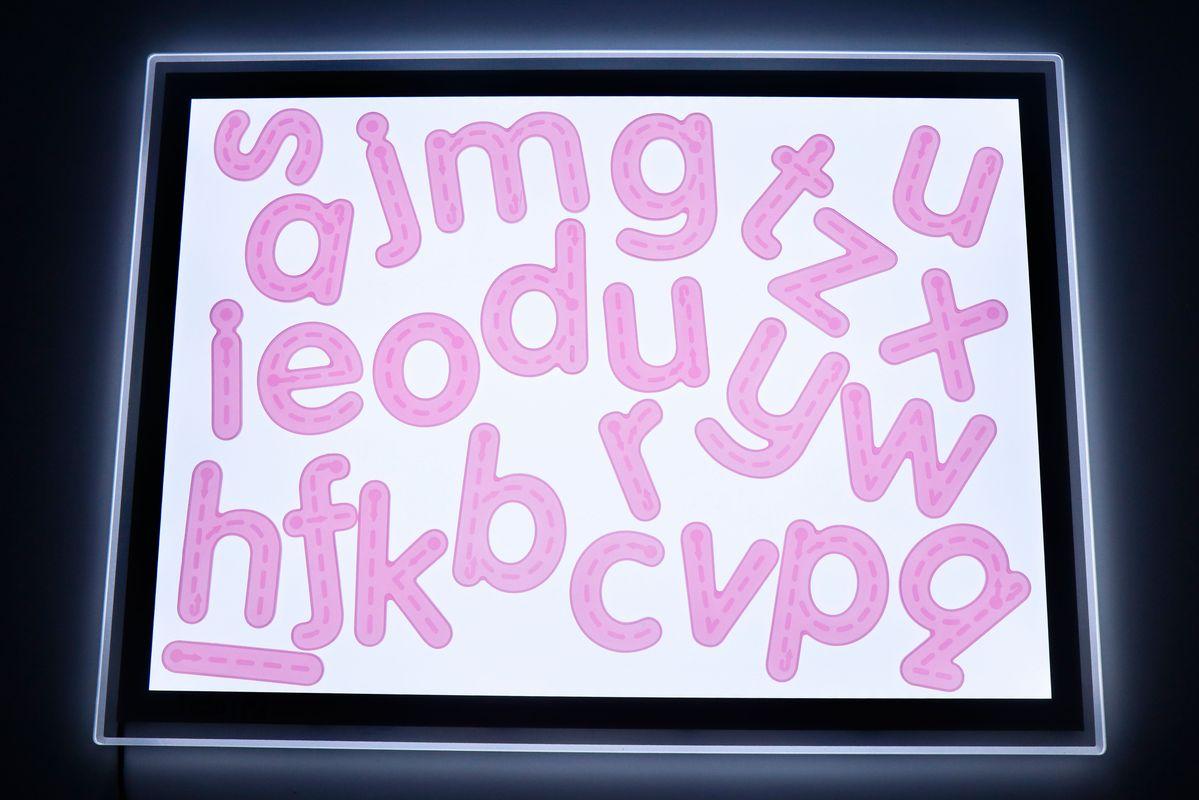 letras-de-silicona-para-trazar-en-la-mesa-de-luz