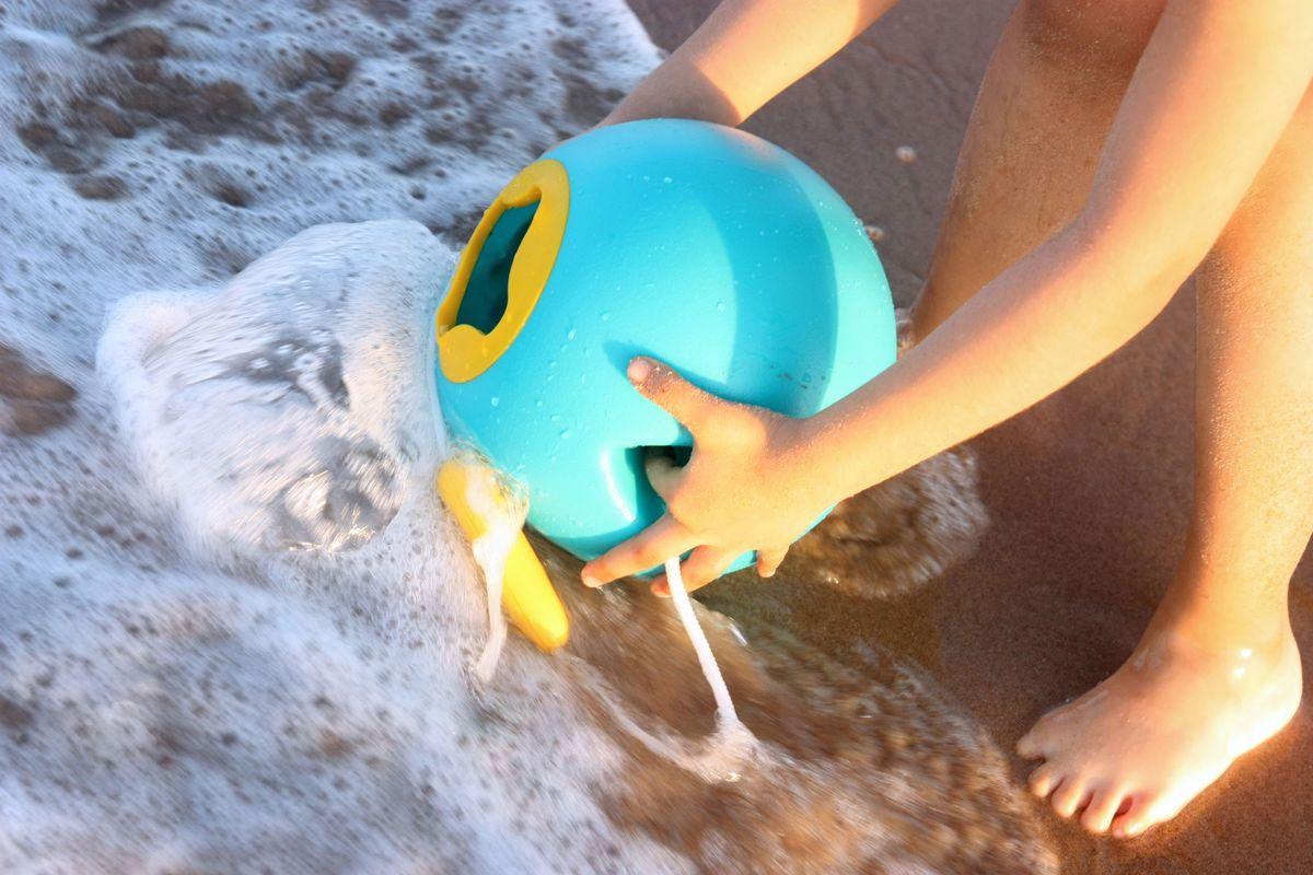 llenando-el-cubo-ballo-en-el-mar