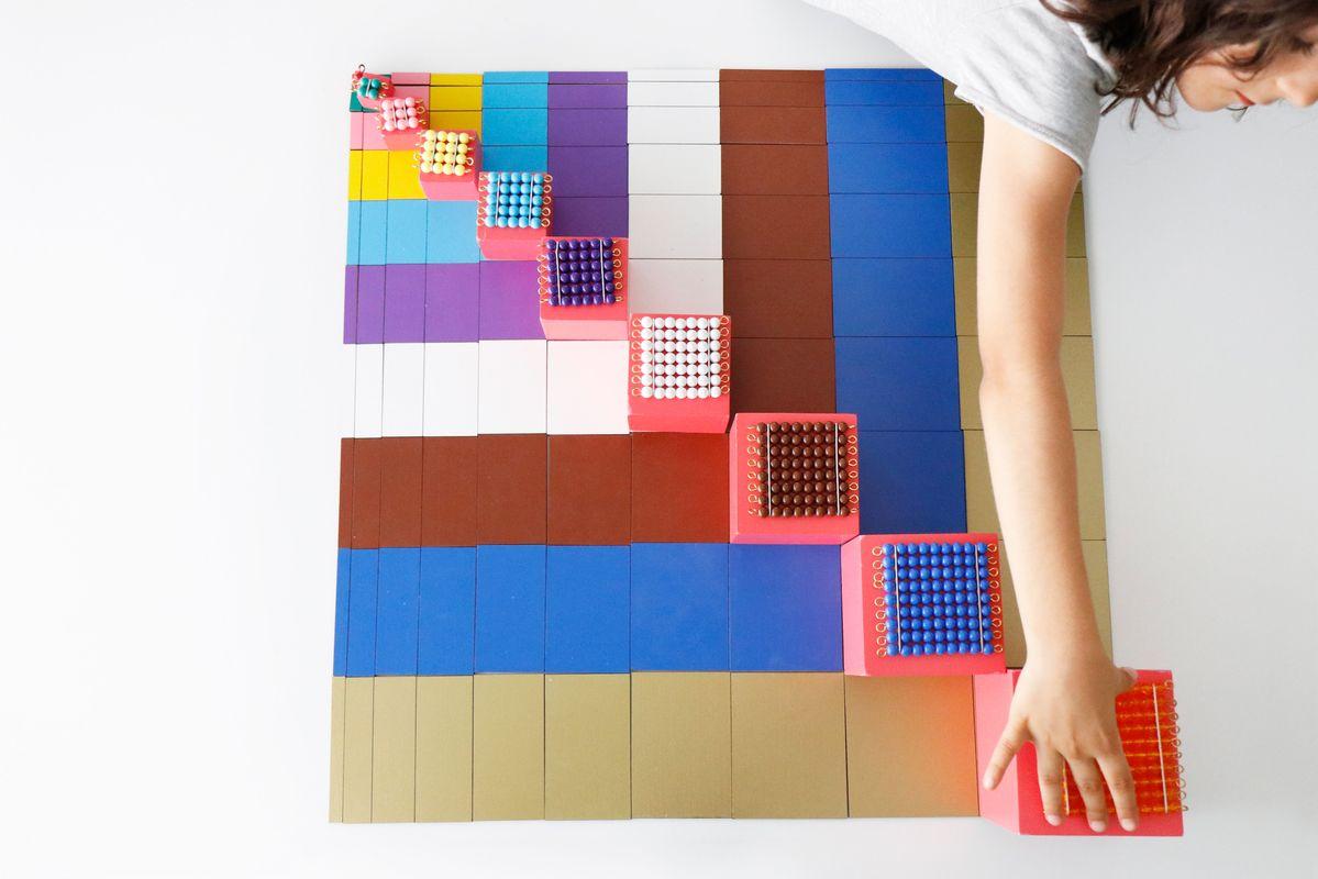 tabla-de-pitagoras-montessori-con-cuadrados-de-perlas-y-torre-rosa