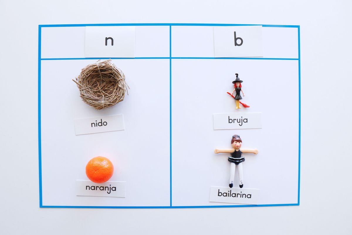 objetos-montessori-con-etiquetas-de-nombres