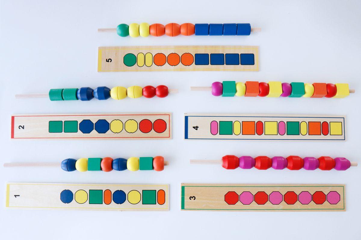 series-con-cuentas-y-tarjetas-de-madera