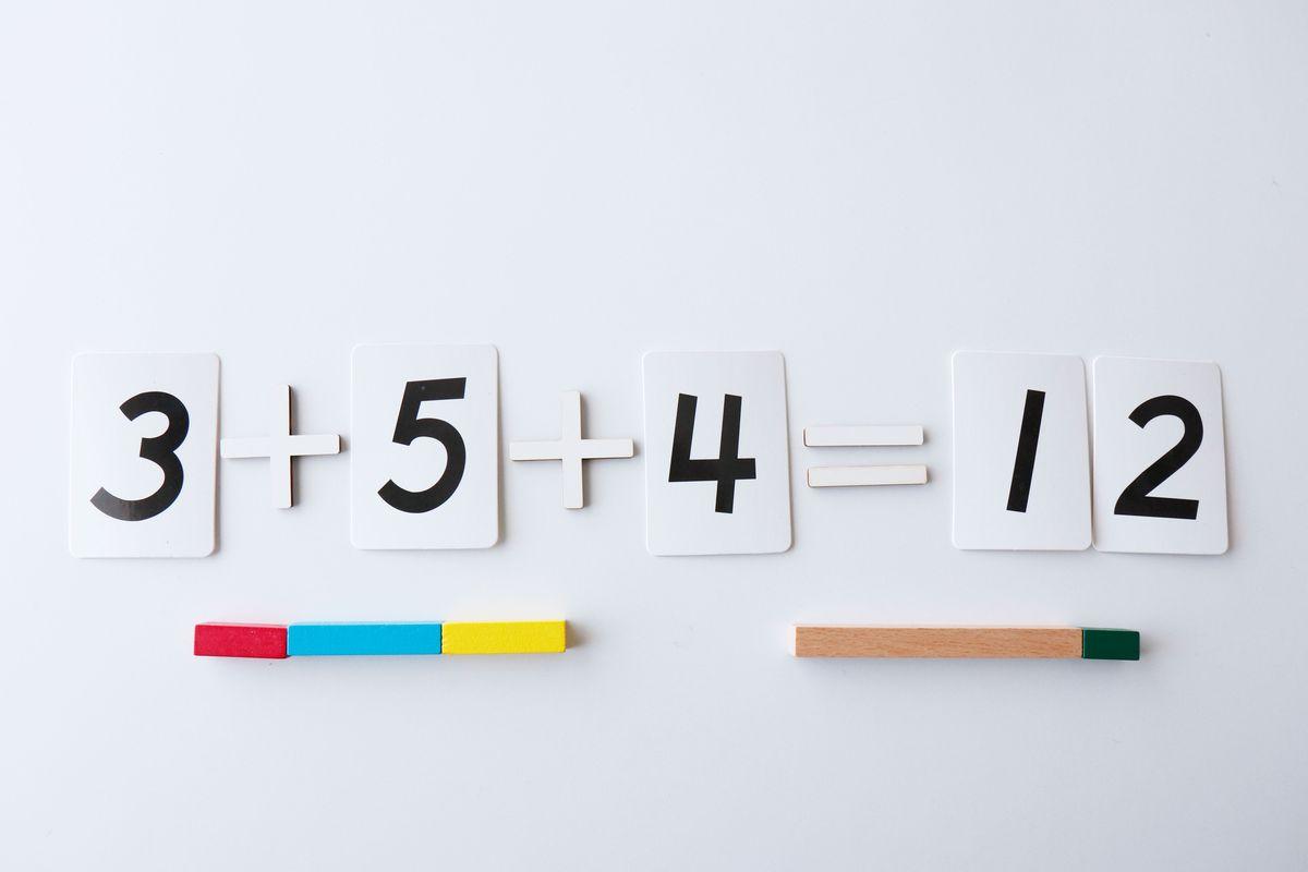 suma-de-3-sumandos-con-regletas
