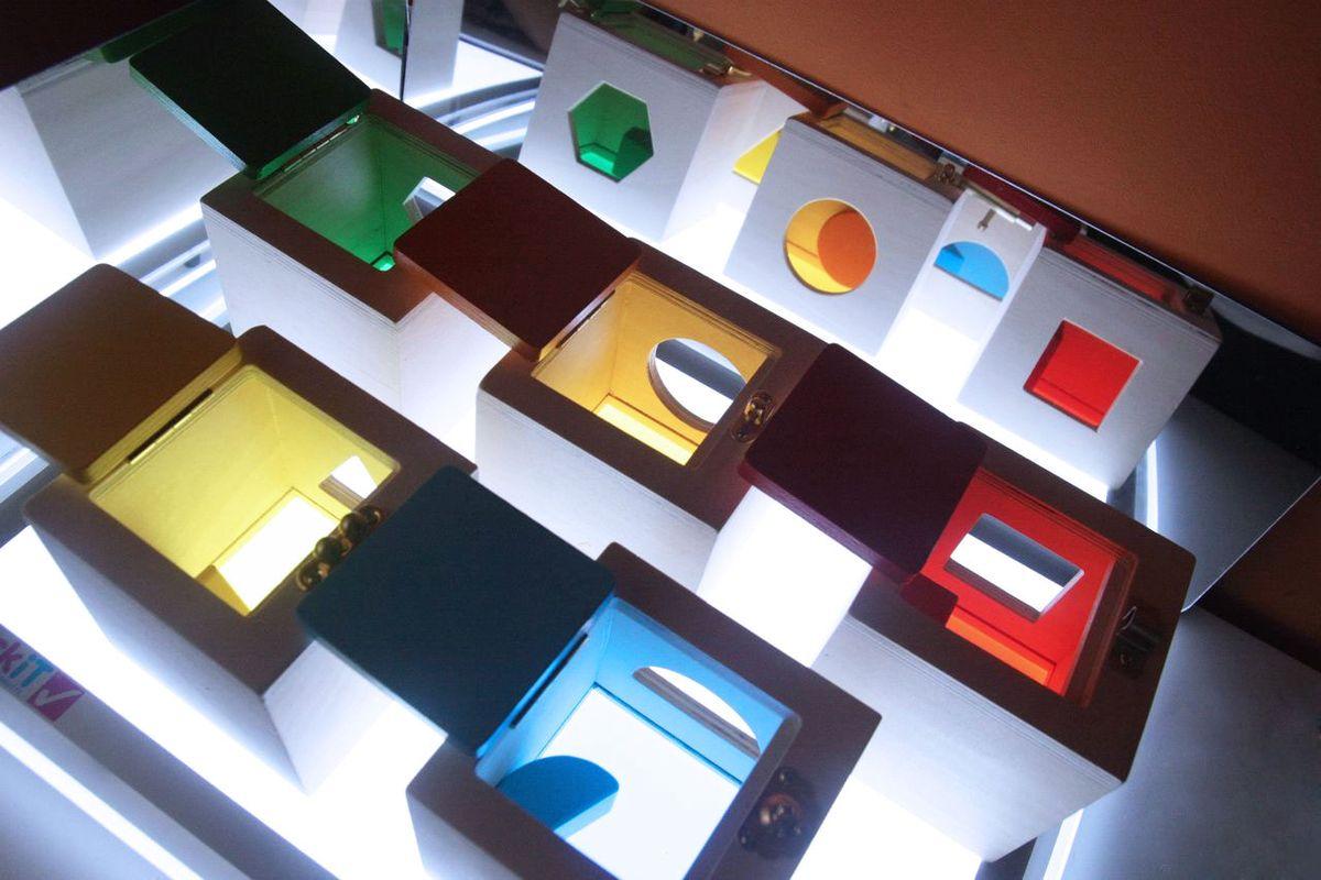 cajas-de-cerraduras-en-mesa-de-luz-03