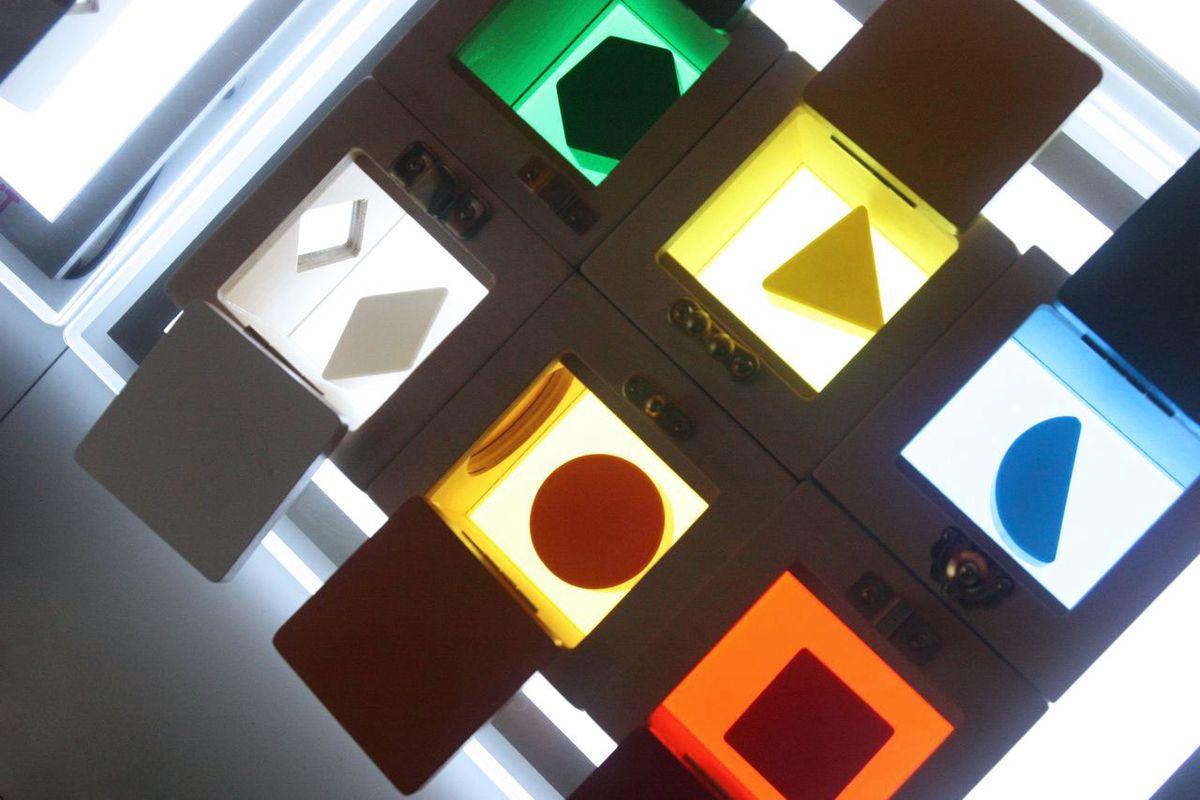 cajas-de-cerraduras-en-mesa-de-luz-05