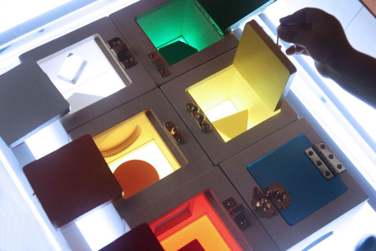 cajas-de-cerraduras-en-mesa-de-luz-06