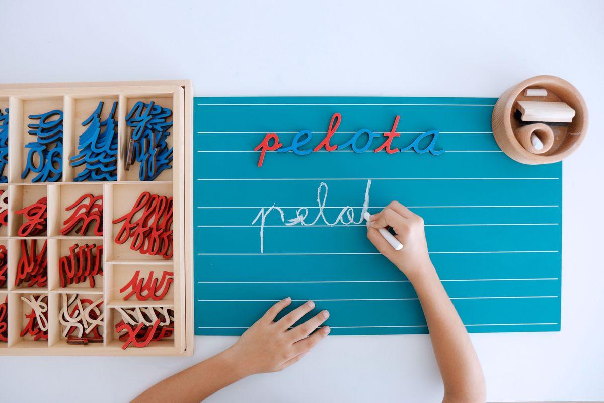 escribir-letras-en-las-pizarras-montessori-35