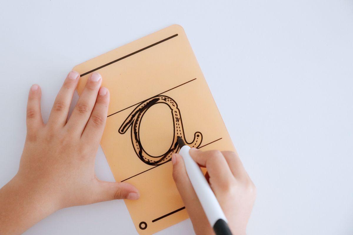 letras-translucidas-con-pauta-para-escribir-en-la-mesa-de-luzi-02
