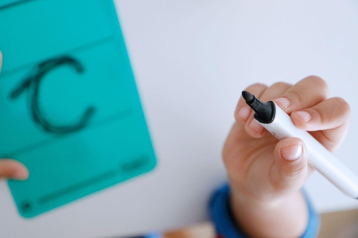 letras-translucidas-con-pauta-para-escribir-en-la-mesa-de-luzi-03