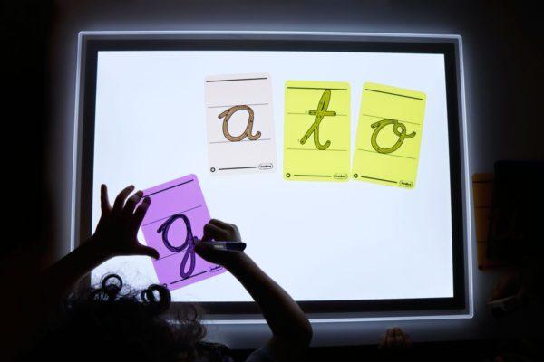 letras-translucidas-con-pauta-para-escribir-en-la-mesa-de-luzi-13