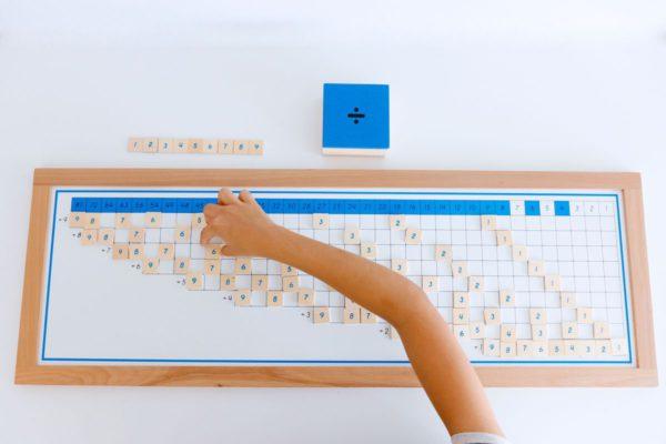 tabla-de-dedos-de-la-division-montessori-y-tabla-de-control-58