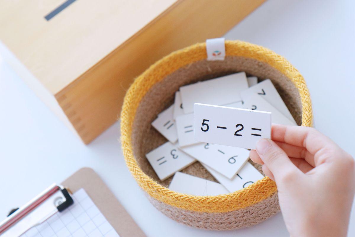tabla-de-dedos-de-la-resta-montessori-y-tablas-de-control-26