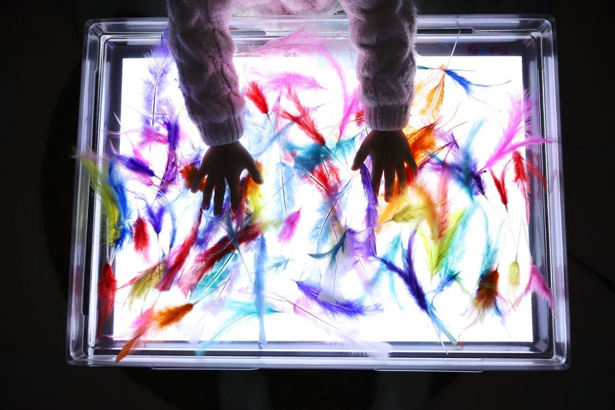 bandeja-sensorial-de-plumas-mesa-de-luz-4