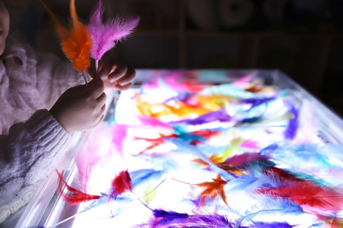 bandeja-sensorial-de-plumas-mesa-de-luz-5