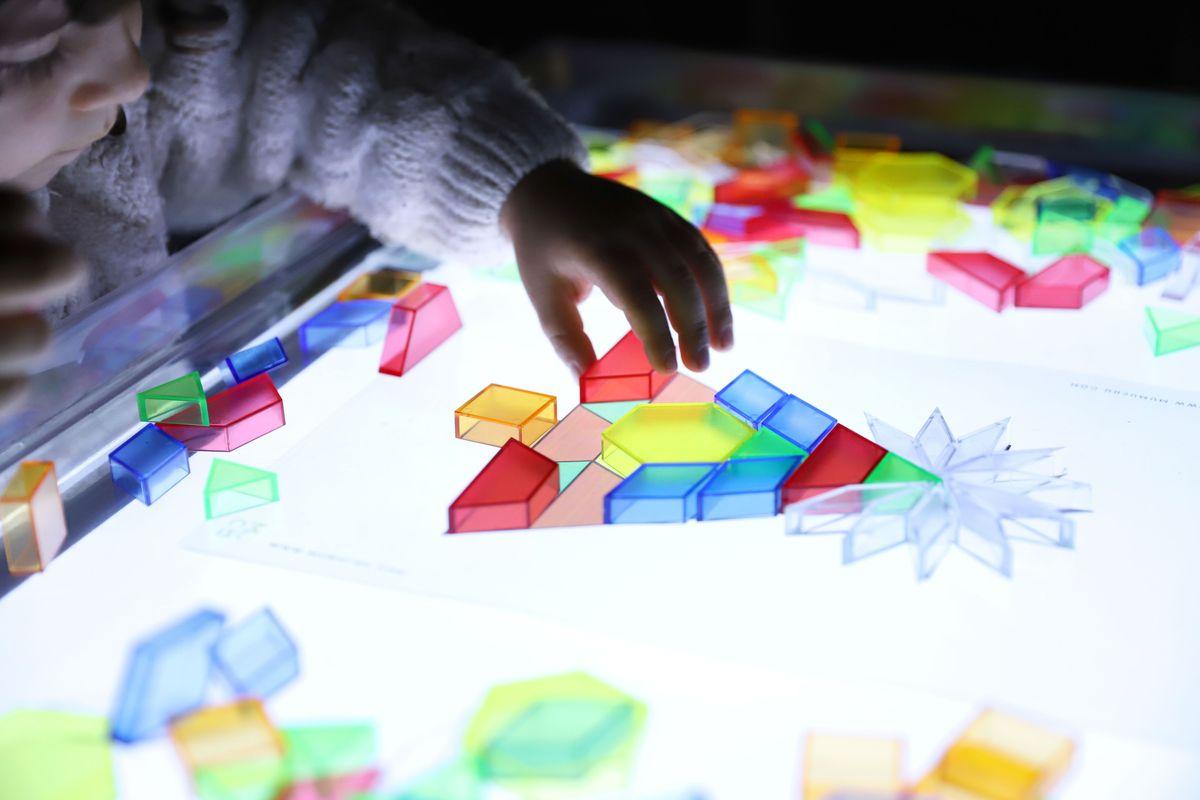 bloques-geometricos-translucidos-tickit-mesa-de-luz-1