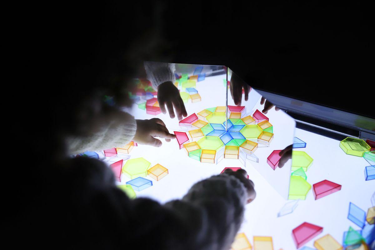 bloques-geometricos-translucidos-tickit-mesa-de-luz-7