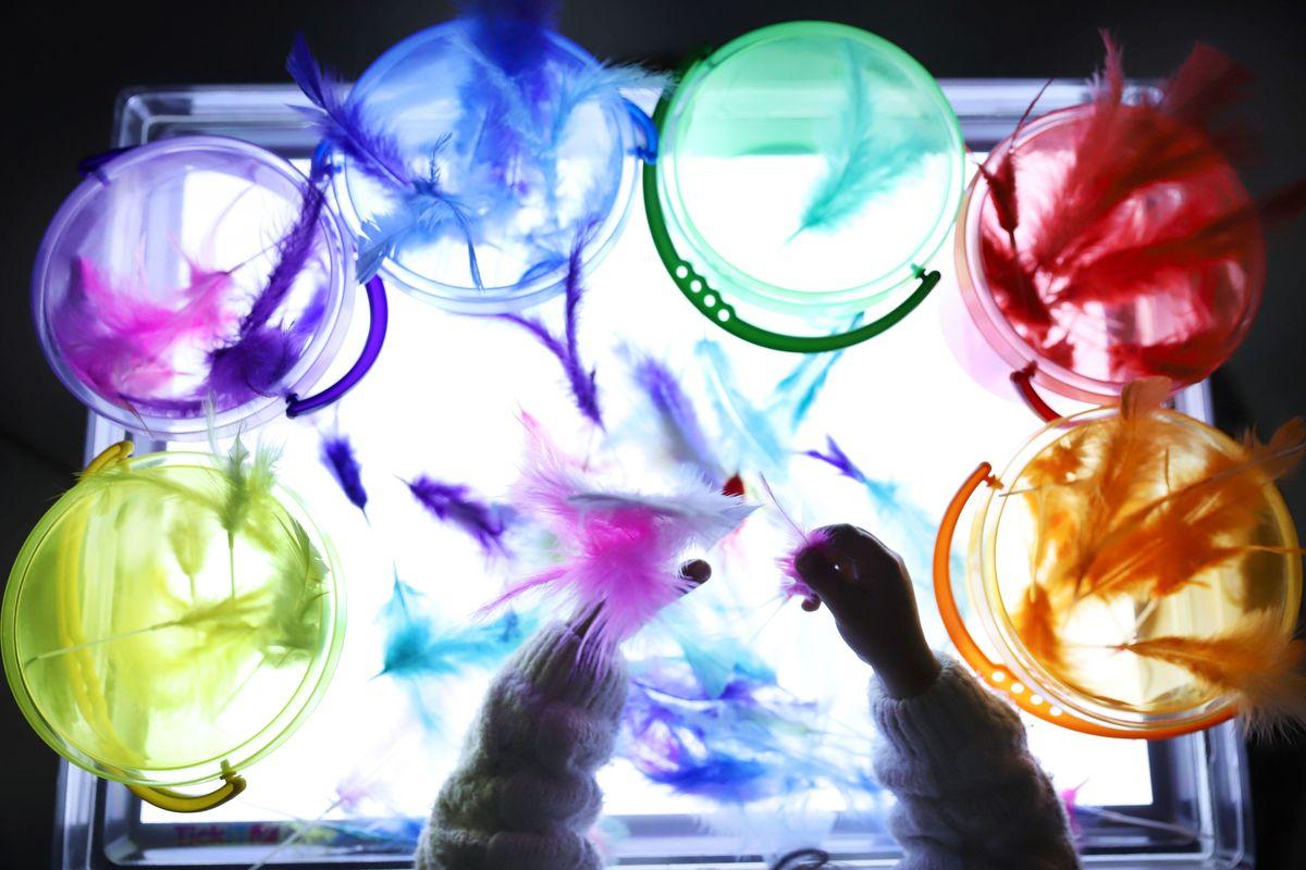 cubos-translucidos-tickit-con-plumas-mesa-de-luz-2